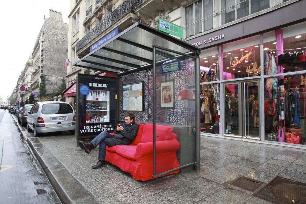 ikea transforme les abribus parisiens en salon ubi bene. Black Bedroom Furniture Sets. Home Design Ideas
